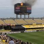 Trận đấu bóng đá bị cháy mất cái bảng ghi điểm