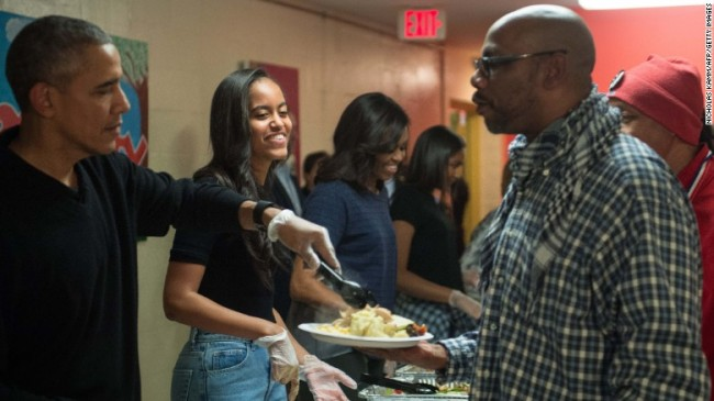 151125-obama-family-thanksgiving-serves-01
